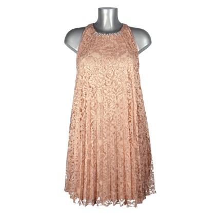 Robe trapèze dentelle plissée rose poudré strass au col