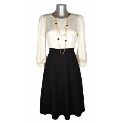 Robe chic mi-longue satinée haut blanc bas noir collier perles Rinascimento Melle Boutique