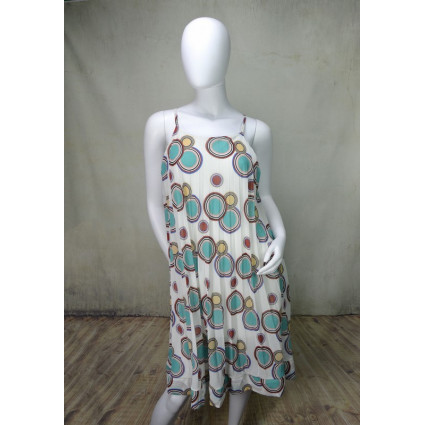 Robe ample à bretelles tissu plissé blanc à ronds bleus