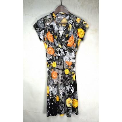 Robe fluide motif noir et blanc fleurs orange et jaunes Fifilles de Paris